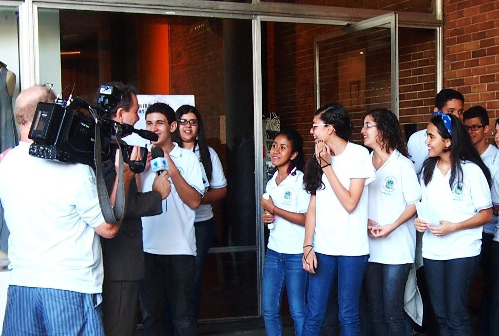 "Students of Rio's State Film- and Event-School Adolpho Bloch sang ""Rosa de Hiroshima"""